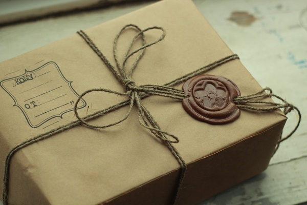Как завернуть подарок в подарочный пакет
